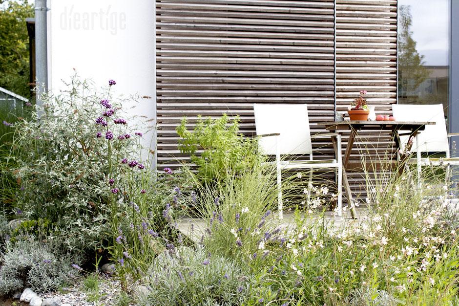dieartigeBLOG - Herbst -Sitzplatz im Westen mit Eisenkraut, Lavendel, Prachtkerze + natürlich Gräsern