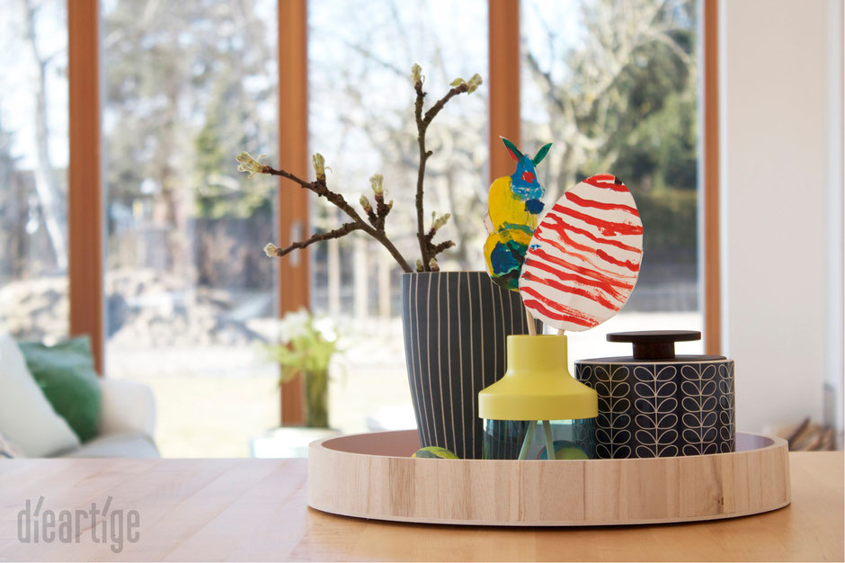 dieartigeBLOG - Orla Kiely Dose, Holztablett, IKEA PS Vase, Holztisch, Holzfenster, Apfelzweig, Osterdekoration
