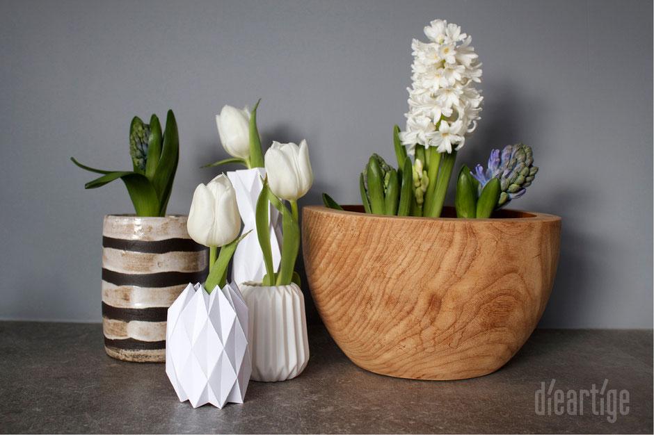 dieartigeBLOG - Frühlingsblüher, Hyazinthen, Tulpen in Teakholzschale und Origamivasen