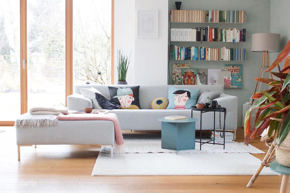 dieartigeBLOG - Wandfarbe Salbei im Wohnzimmer, perfekt zum grauen Freistil-Sofa, dem SlitTable und den Sofakissen