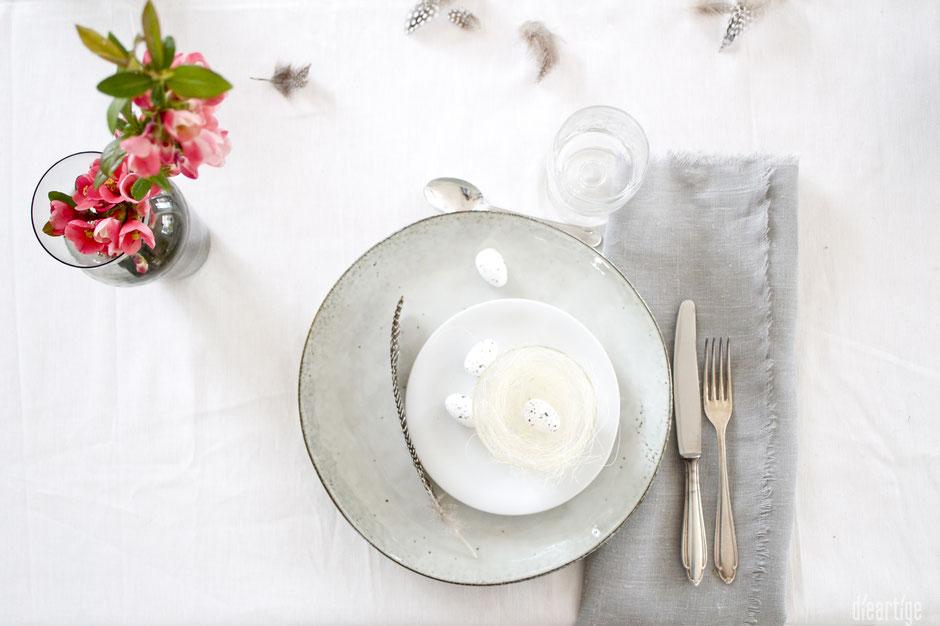 dieartigeBLOG - Oster//Frühlings-Tischdekoration | Handgefertigte Teller mit Leinen, Federn, Zierquitte und Wachteleier