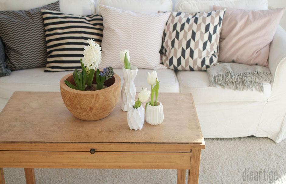 dieartigeBLOG, Raumgestaltung, Kissen, geometrisch, Muster, schwarz-beige-rosé, weißes Sofa, Teakschale, Hyazinthe, Tulpen, Origami-Vasen