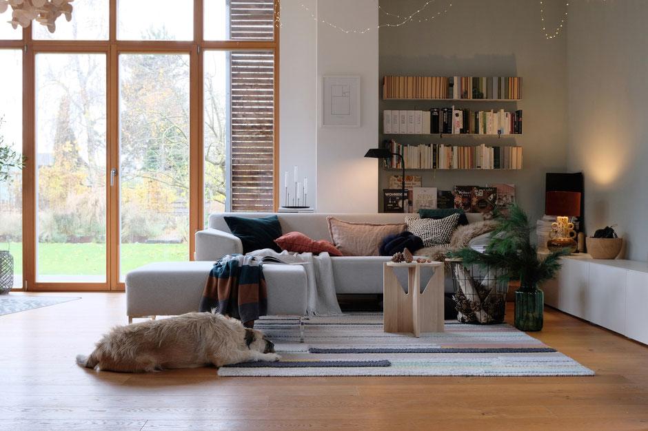 dieartigeBLOG - Wohnzimmer, Freistil-Sofa in hellgrau, Beistelltische, Wollteppich im Advent