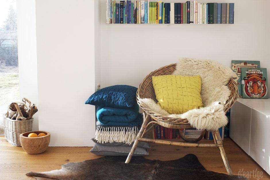 dieartigeBLOG - Raumgestaltung, Bücherregale aus Metall, Wolldecke, Fell, Korbsessel, Kissen aus Wolle