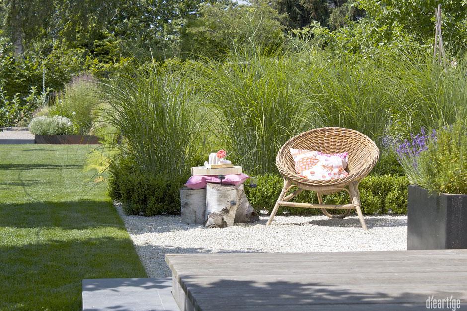 dieartigeBLOG - Wohnen im Garten | Rattansessel, Kissen in Pink+Apricot, Bücher zum Lesen, Kiesterrasse, Chinaschilf, Steppengarten