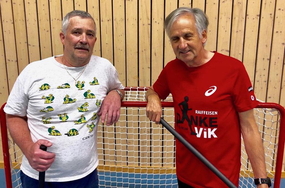 Zwei Männer stehen vor einem Unihockey-Tor.