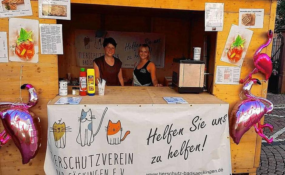 Mitglieder des Tierschutzvereins Bad Säckingen sind bei vielen Veranstaltungen aktiv. Das dabei eingenommene Geld fehlt jetzt für die Behandlung der Tiere. | Bild: Verein