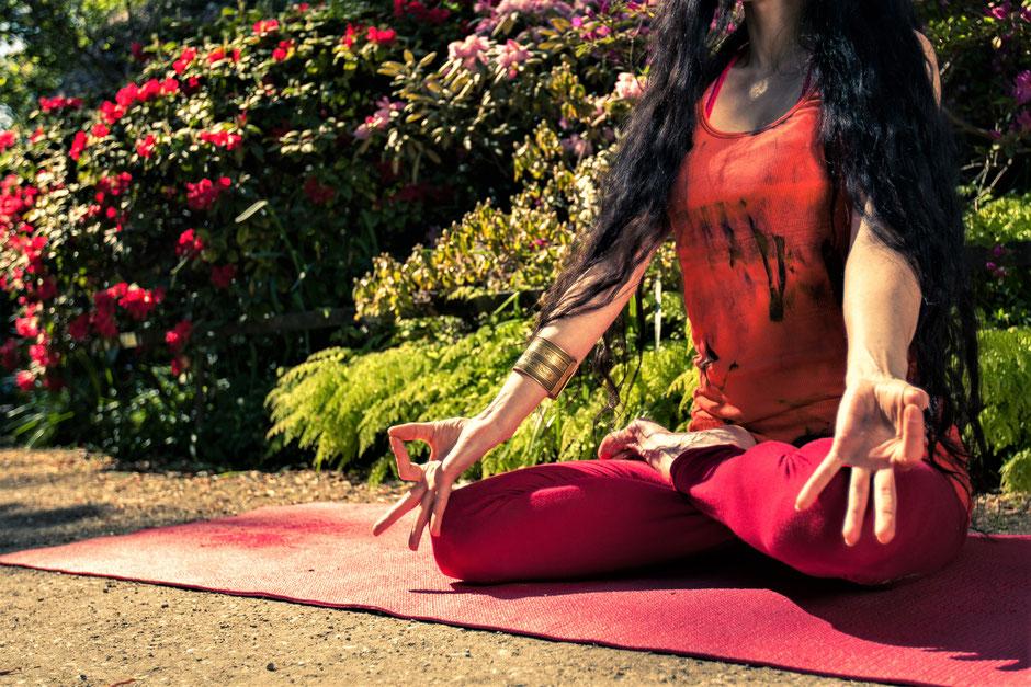Yogatraining im Sonnenuntergang