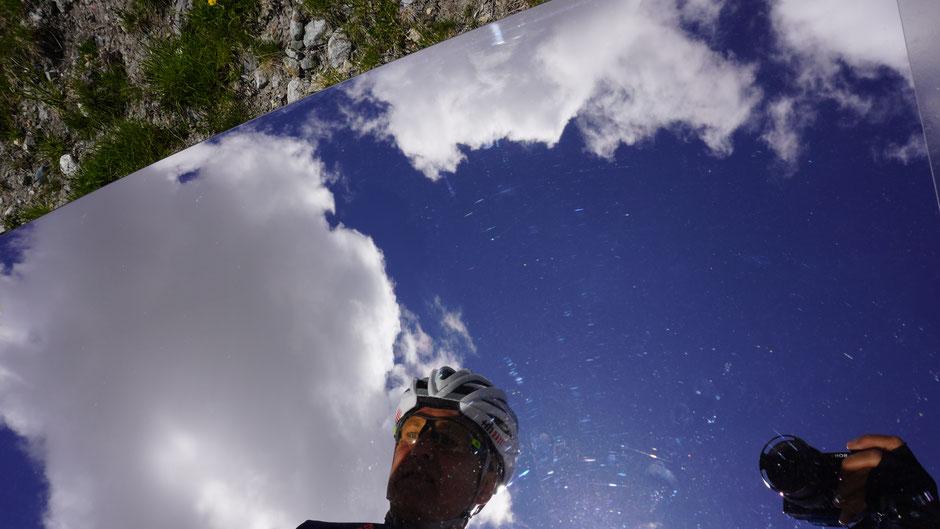 """Spiegelei im """"ErdenLicht"""" - ein Kunstwerk in Edelstahl macht es auf der Bielerhöhe möglich"""
