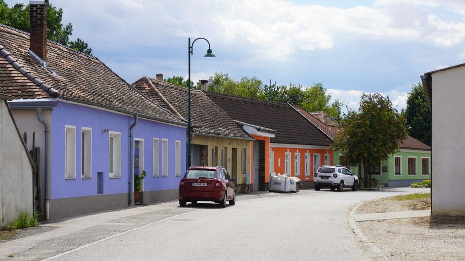 Bunte Häuserzeile kurz vor Retz