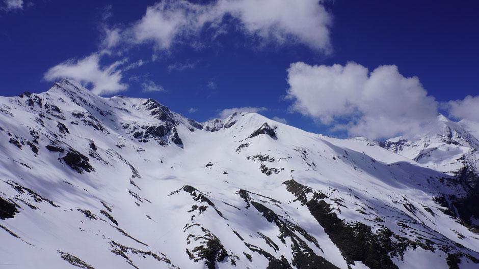 Ein paar Skispuren sind im Neuschnee gut zu erkennen ...