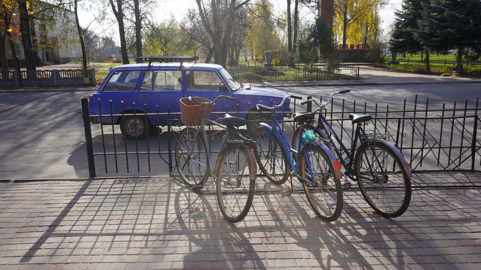 Stillleben in Blautönen mit Lada und Fahrrädern