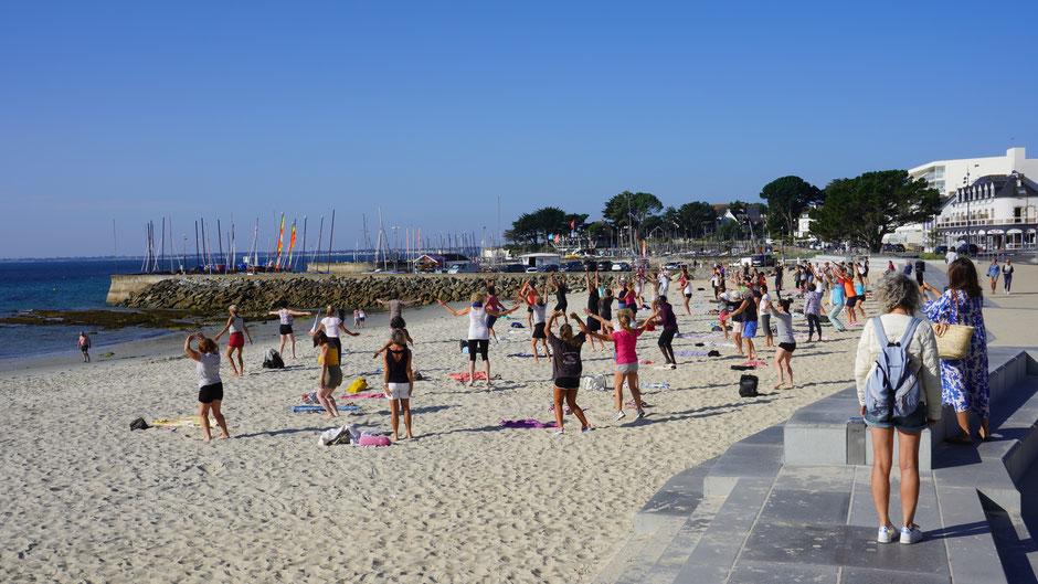 Die einen fahren Rad, und andere machen Gymnastik am Strand ...