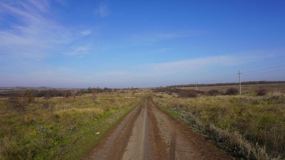 Lehmig-erdig-sandige Piste im russisch-ukrainischen Grenzgebiet