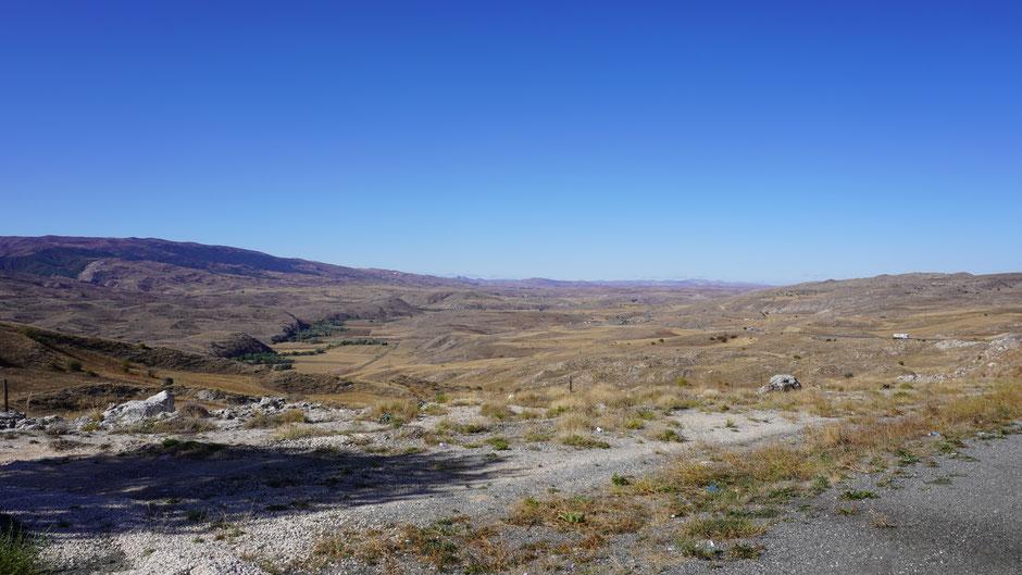 Weites, rauhes Land mit vielen Hügeln