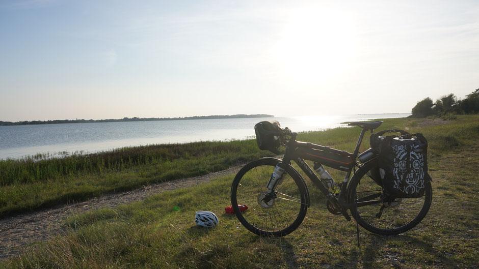 Abendstimmung mit Gegenlicht und Fahrrad