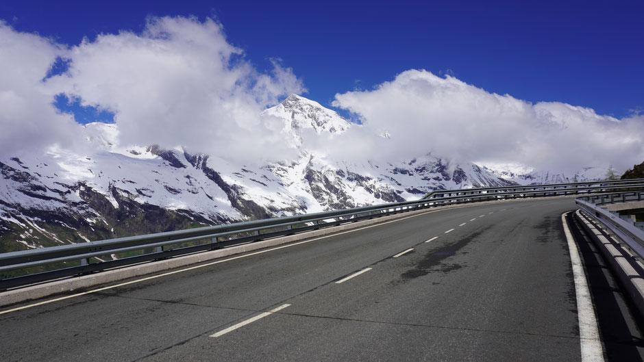 Imposante Bergwelt und imposanter Straßenbau