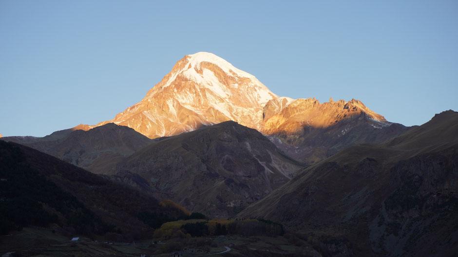 Sonnenaufgang am Kasbek. Es ist halb 8 Uhr morgens