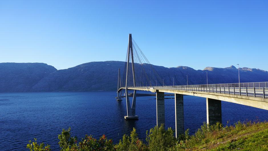 Mit filigranem Schwung über den Fjord