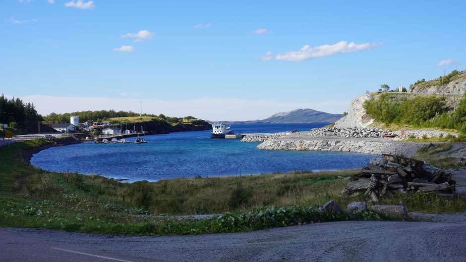 Ein Hafenbecken wie ein Planschbecken in Blau