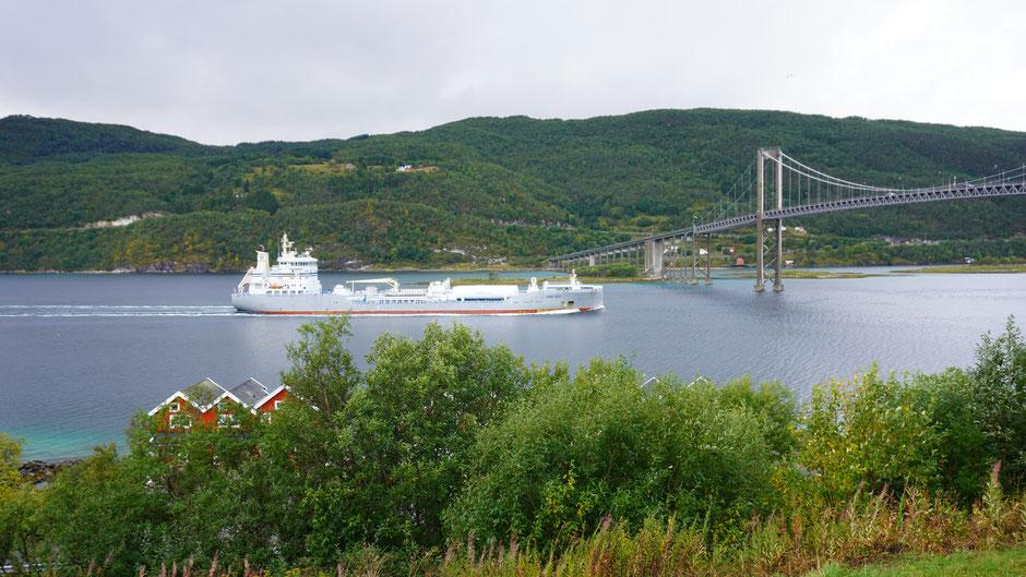 Ein dänischer Öltanker passiert den Fjord