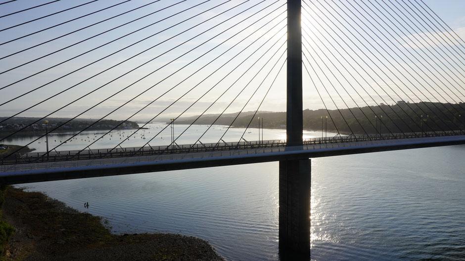 Wie Spinnweben an der Brücke ...