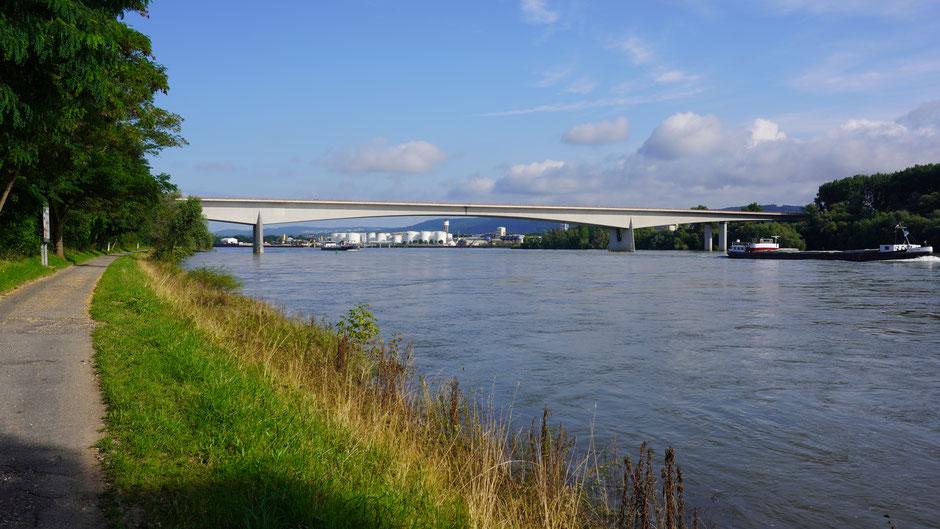 Schifffahrt und Industrie - hier gehören sie zum Rhein dazu, und Autostraßen natürlich auch.