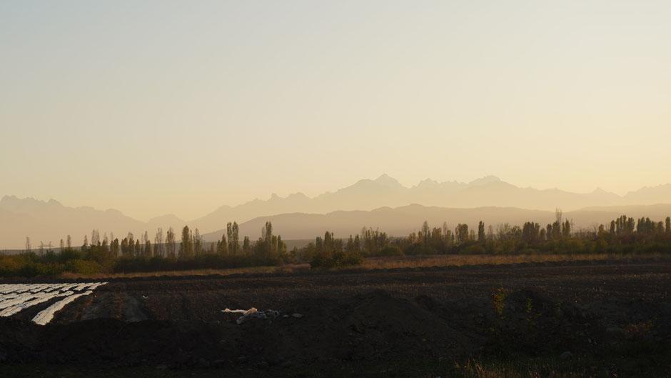 Die Ausläufer des Kaukasus in der tiefstehenden Abendsonne
