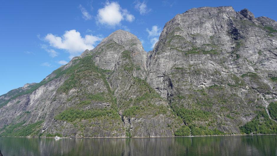 Felswand mit Einschnitt - dem Wasserfall gefällts