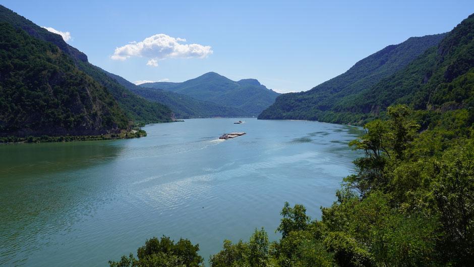 Uihh, Landschaftsidylle mit Fluss und Schiff und Radler hinter der Linse