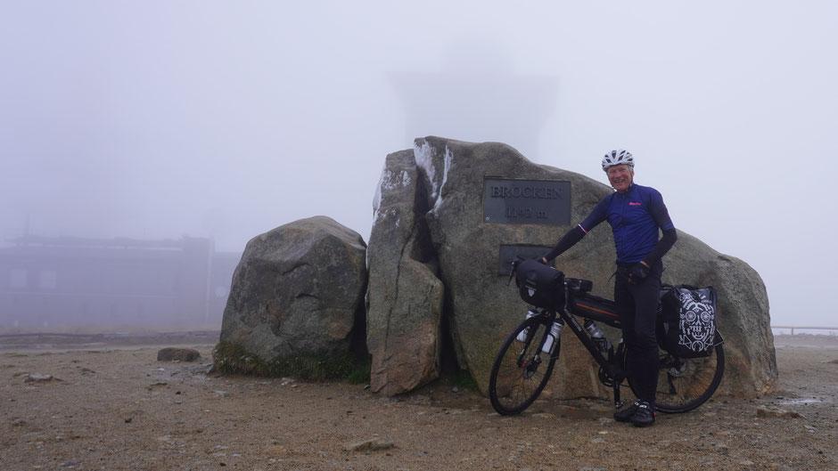 Der Brocken ist geschafft: 1.142 Meter bei Null Grad und Nebel, und gar etwas Eis am Felsen