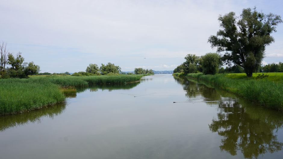 Im Kanal die Enten, überm See ein Zeppelin