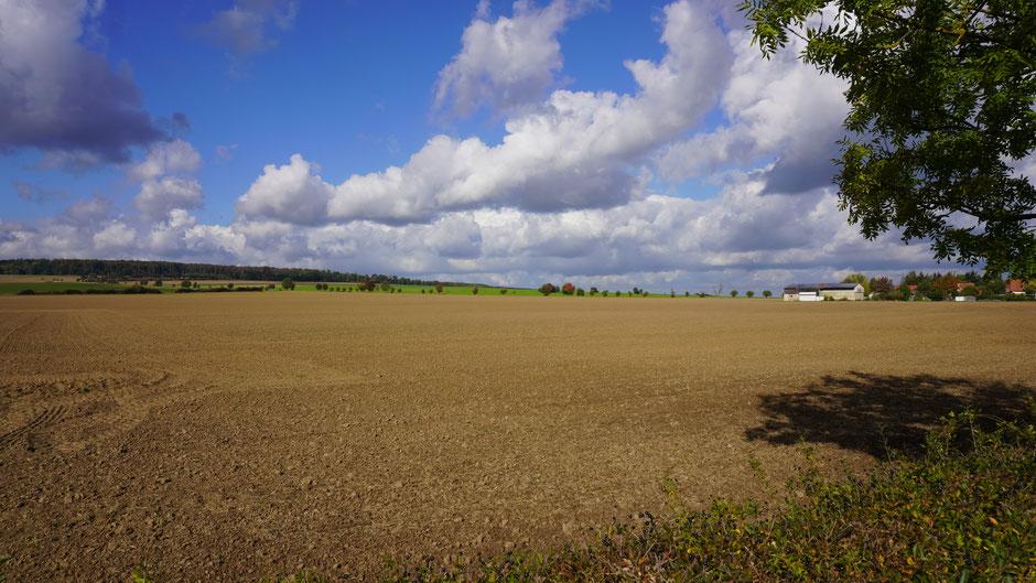 Ackerland unter Wolkenhimmel