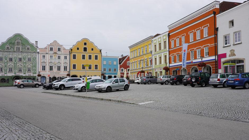 Schmucke Häuserzeilen, doch am Platz dominieren Autos