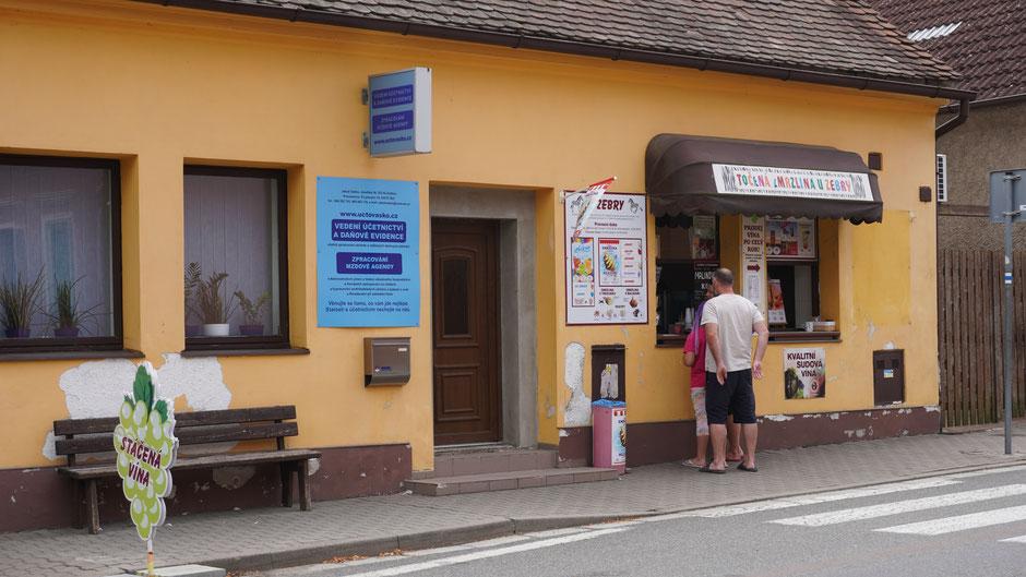 Auch wenn es sonst keinen Laden gibt, ein Eisladen findet sich überall, mit Eis in den abenteuerlichsten Farben.