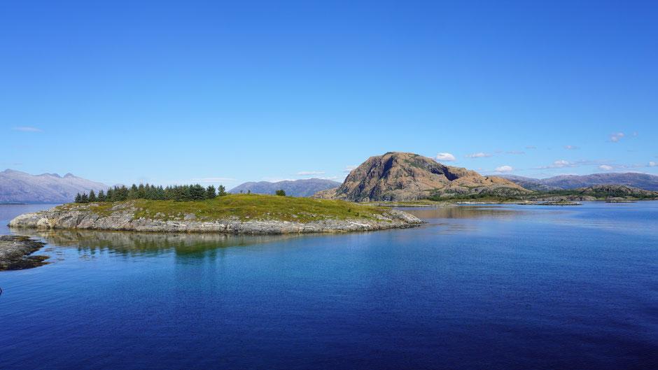 Auf der Fähre: Zwischen kleinen Inseln durch