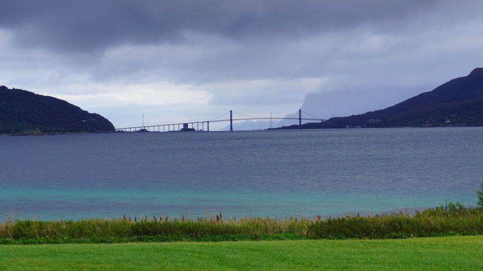 Tjelsundbrücke - zwischen dem Wasser unten und dem kommenden von oben ...