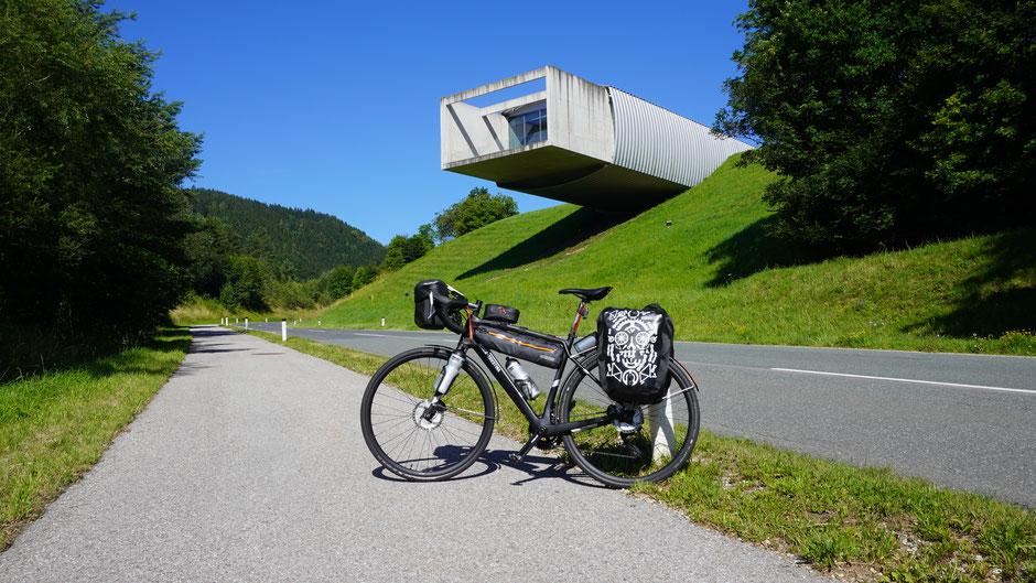 Im Museum Liaunig stellen sie keine Fahrräder aus, nur davor auf der Straße