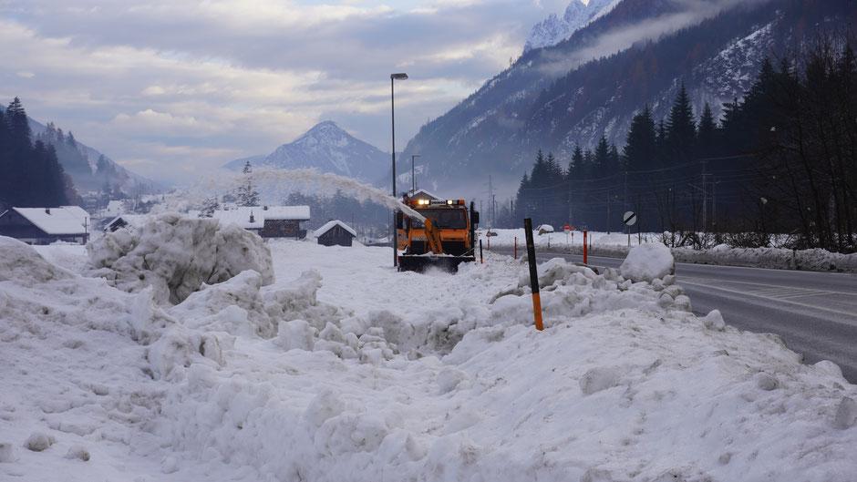 Schneefräse am Radweg