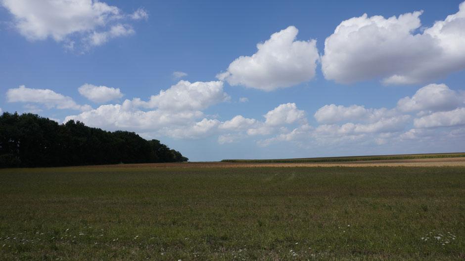 Wolken ziehen übers Land, und unten staunen die Radler