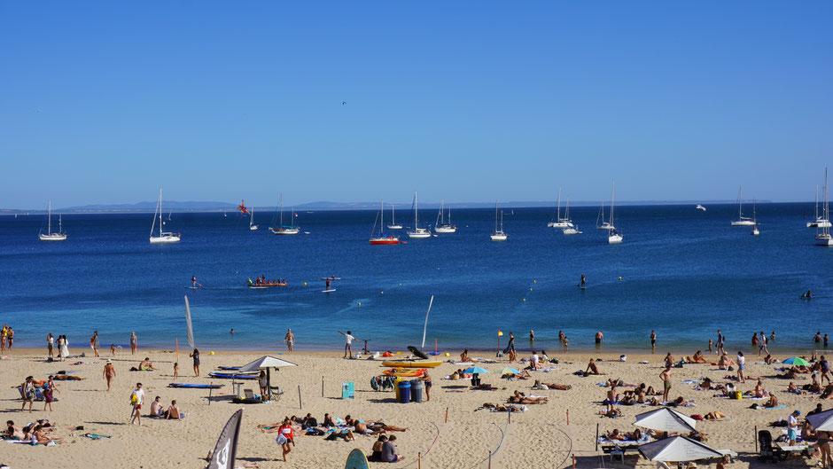 Nahe Lissabong - Treiben am Strand in einer kleinen Stadt