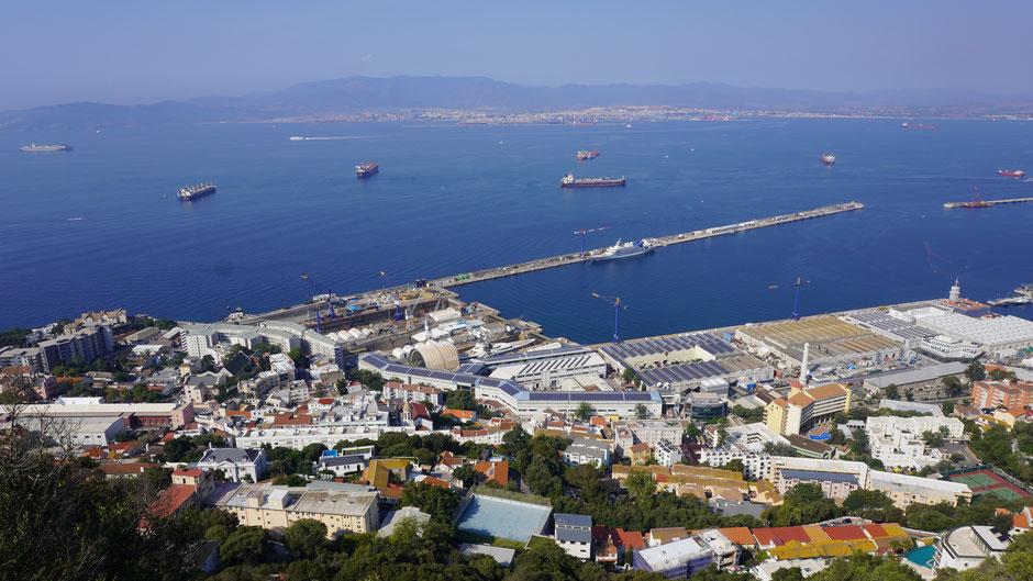 Im Aufstieg auf halber Höhe ein Blick nach unten auf den Hafen und die Bucht.