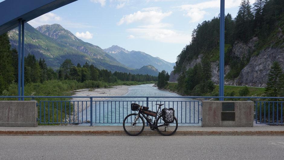 Lechtalbrücke mit flottem Fahrrad