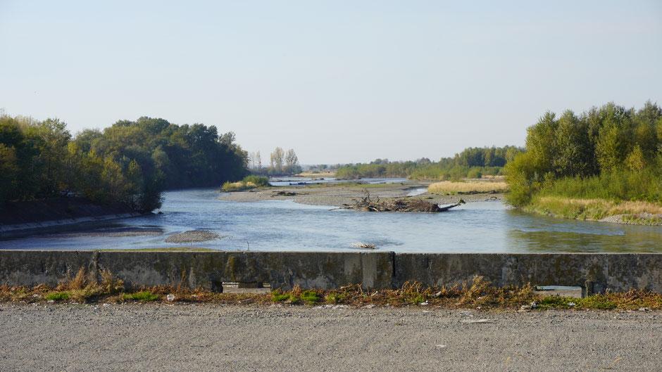 Hie und da geht es über breite Flussbette