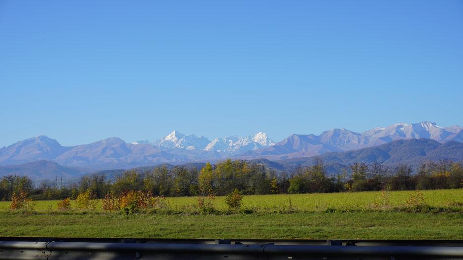 Fein anzuschauen, die angezuckerten kaukasischen Berge