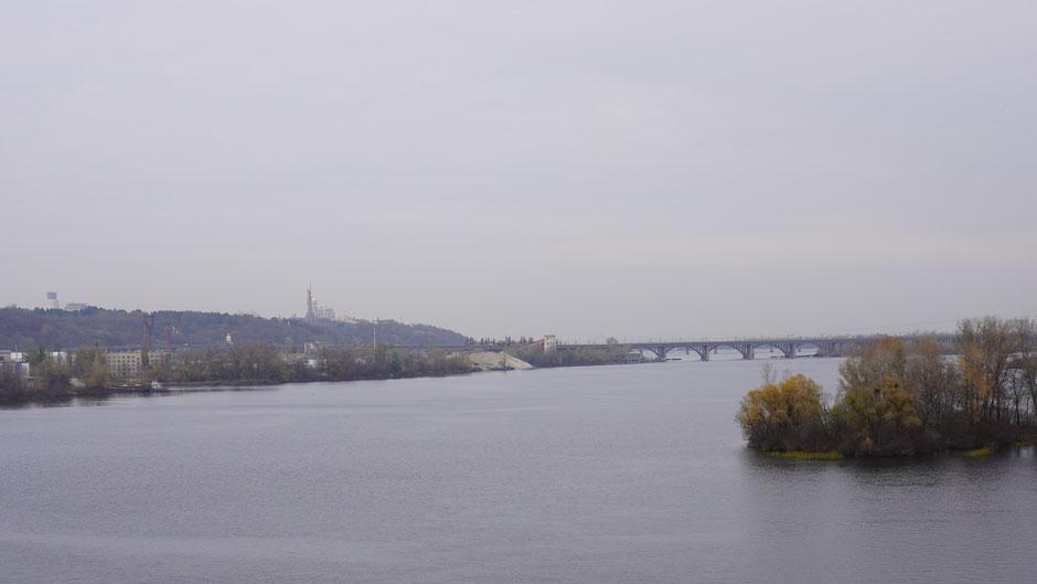 Der lange und breite Dnjepr, und dahinter das riesige Kiew