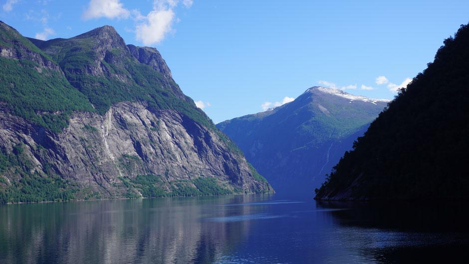 Einfahrt in den Fjord - Wasserfälle als Eyecatcher links und rechts