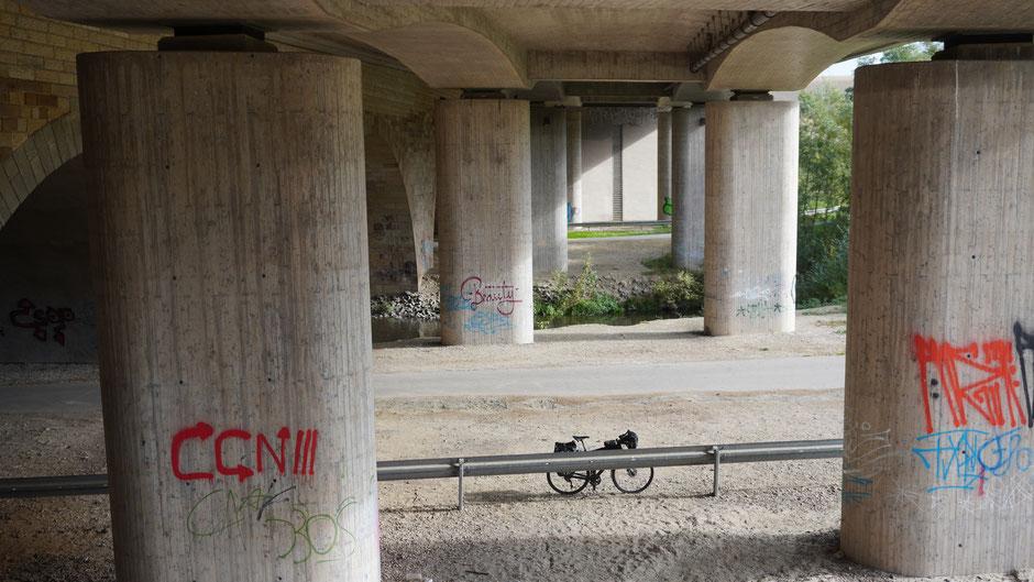 Unter einer Brücke in der Stadt