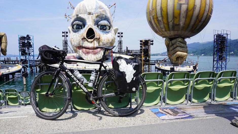 Hmm - vielleicht gibts mal ein Bühnenbild mit Fahrrad. So ein schwarzes Tourenrad mit Ortlieb-Packtaschen in groß könnte ziemlich cool ausschauen ...