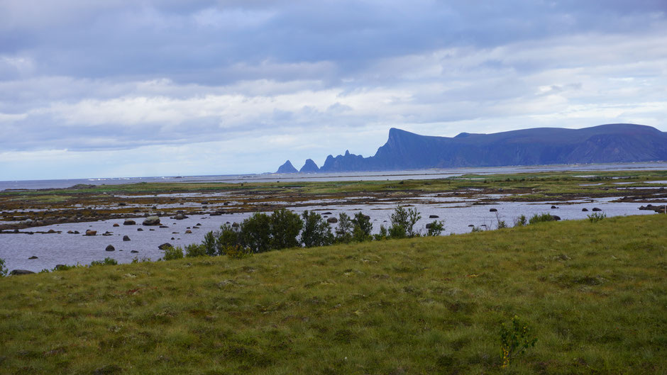 Markante Küstenfelsen am oberen Ende der Lofoten